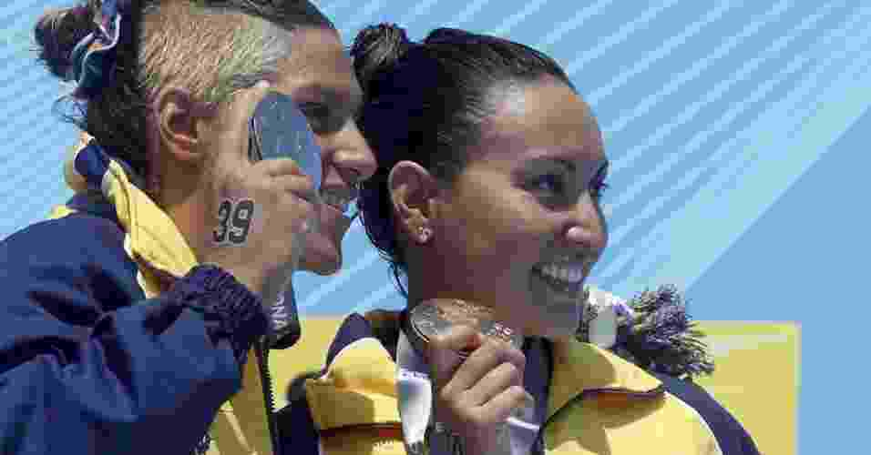 Poliana Okimoto e Ana Marcela Cunha comemoram ouro e prata na maratona aquática no Mundial de Barcelona - REUTERS/Albert Gea