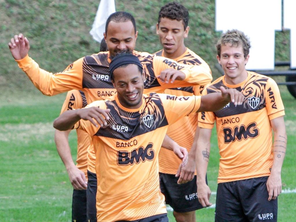 Ronaldinho Gaúcho em momento descontraído durante treino do Atlético-MG, na Cidade do Galo (23/7/2013)