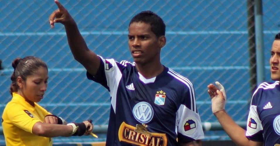 Yair Clavijo, jogador do Sporting Cristal de apenas 18 anos, morreu de parada cardiorrespiratória quando disputava partida contra o Real Garcilaso, na região de Cusco, no Peru, a 3.400 metros de altitude