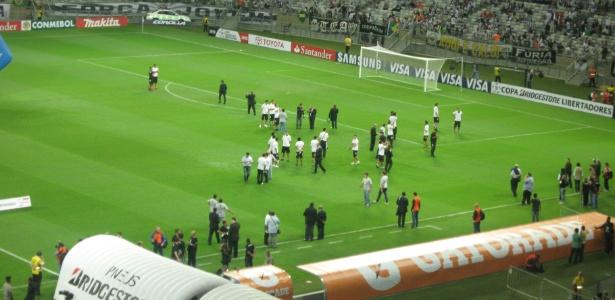 Jogadores do Olimpia chegaram mais cedo ao Mineirão para conhecerem o gramado do estádio