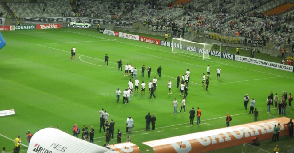 24 jul 2013 - Jogadores do Olimpia chegaram mais cedo ao Mineirão para conhecerem o gramado do estádio