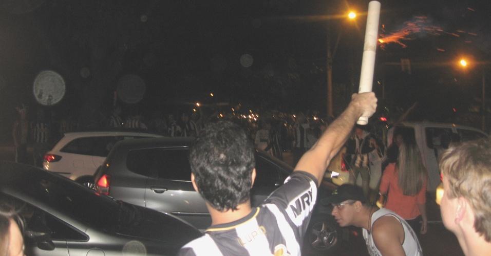 24 jul 2013 - Torcedores do Atlético-MG soltam foguetes antes de terem acesso ao Mineirão para a final da Libertadores