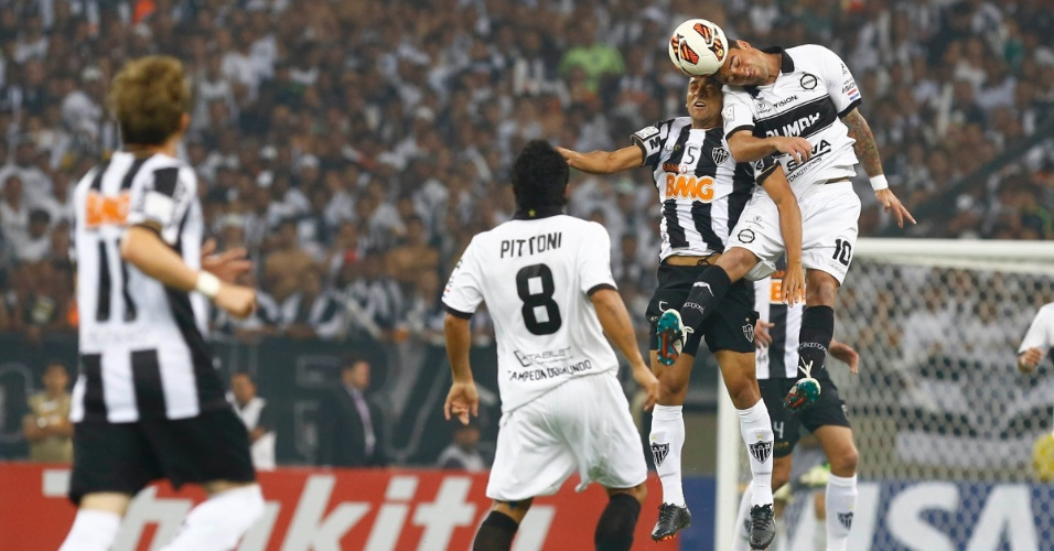 24.07.2013 - Observado por Pittoni, Pierre disputa bola aérea pelo Atlético-MG
