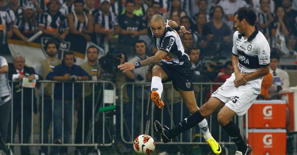 24.07.2013 - Diego Tardelli tenta o chute cercado pelo marcador do Olímpia