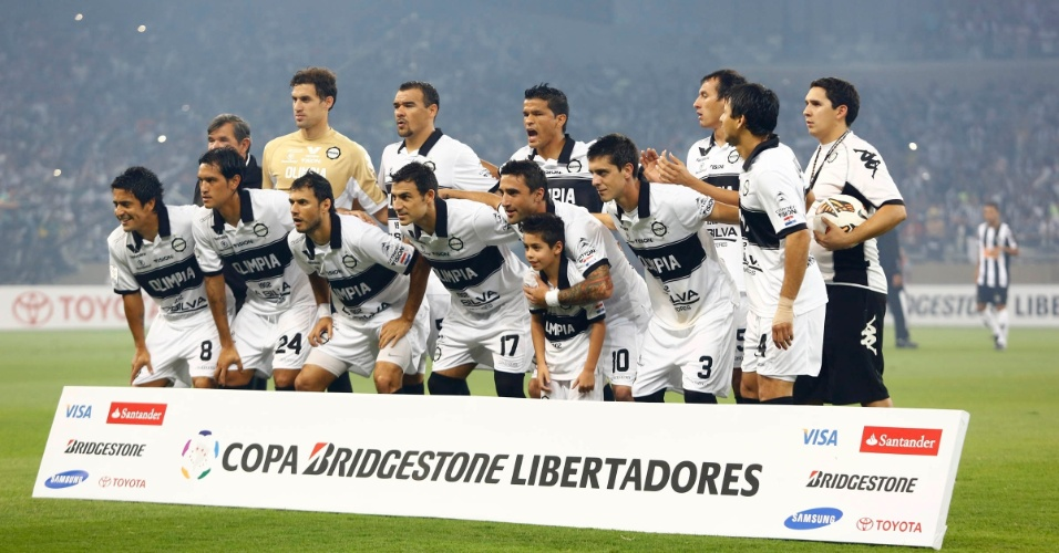 24.07.2013 - Time do Olimpia posa para fotos antes da final da Libertadores