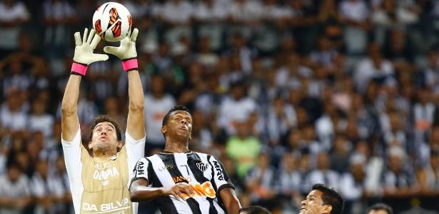 Goleiro Martin Silva sobe mais do que Jô e fica com a bola no alto, na final da Libertadores de 2013