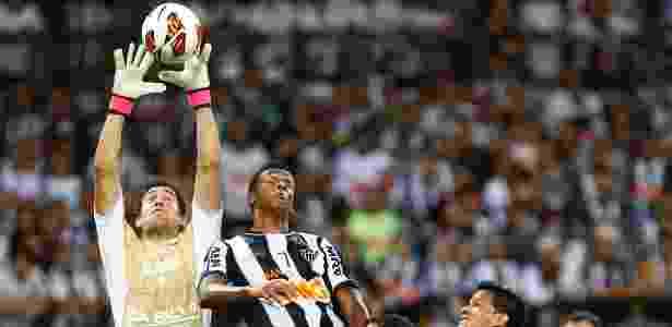 Goleiro Martin Silva sobe mais do que Jô e fica com a bola no alto, na final da Libertadores de 2013 - Marcus Desimoni/UOL