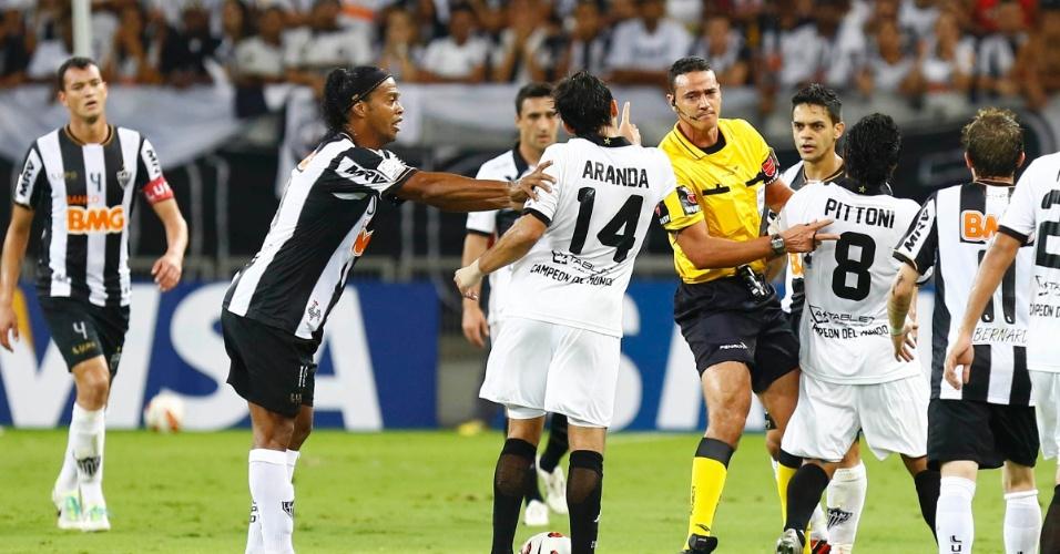 24.07.2013 - Aranda aponta o dedo para a arbitragem e é empurrado por Ronaldinho Gaúcho