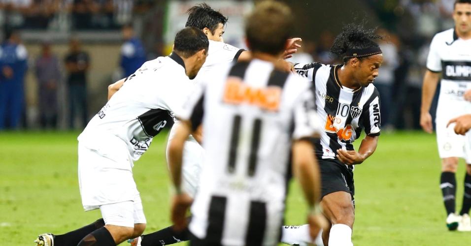 24.07.2013 - Ronaldinho Gaúcho é cercado por marcação dupla do Olimpia