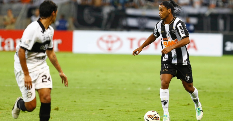 24.07.2013 - Ronaldinho Gaúcho avança com a bola observado pela marcação do Olimpia