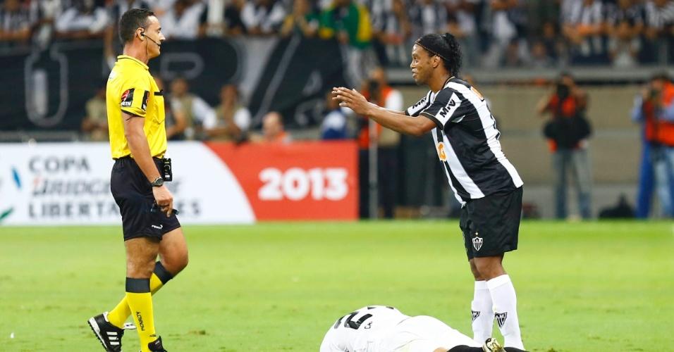 24.07.2013 - Ronaldinho se irrita com rival do Olimpia e conversa com o árbitro Wilmar Roldán