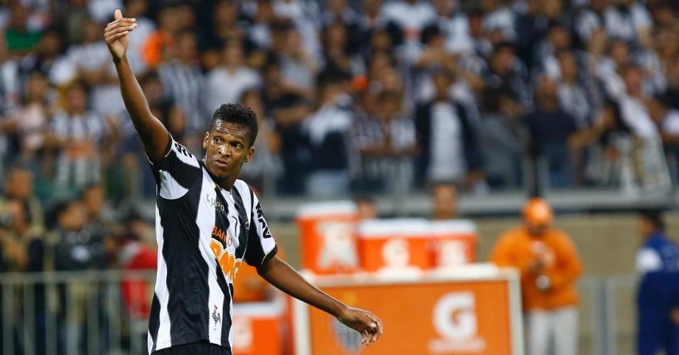 24.07.2013 - Jô gesticula com companheiro do Atlético-MG