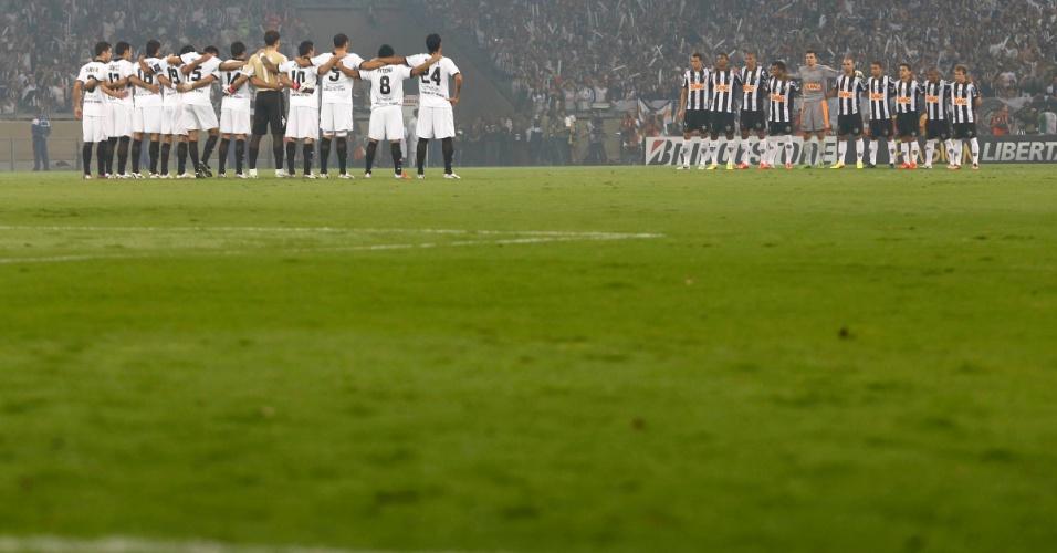 24.07.2013 - Jogadores do Atlético-MG e do Olimpia ficam perfilados para o início da partida