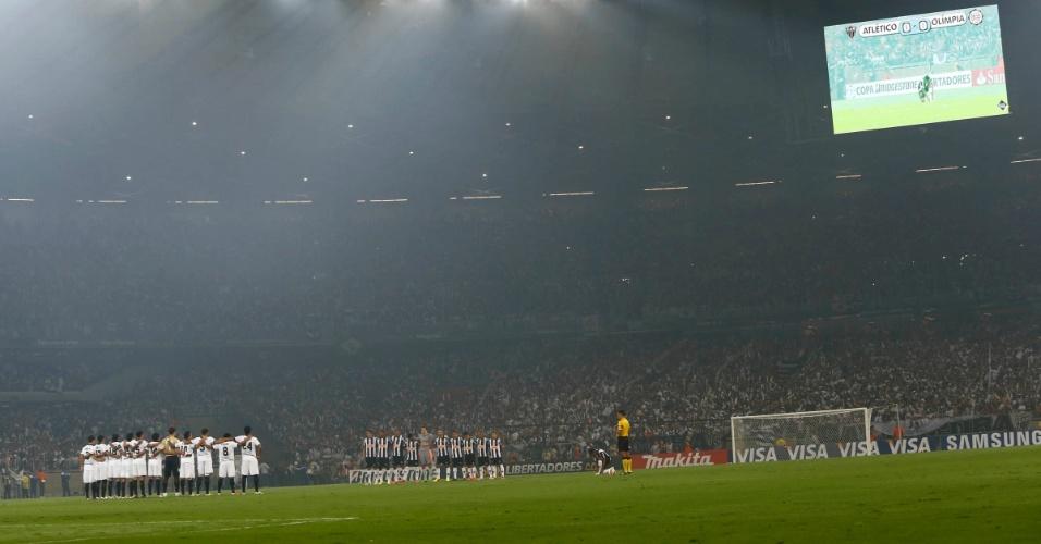 24.07.2013 - Jogadores do Atlético-MG e do Olimpia ficam perfilados para o início da partida enquanto o placar eletrônico marca a igualdade