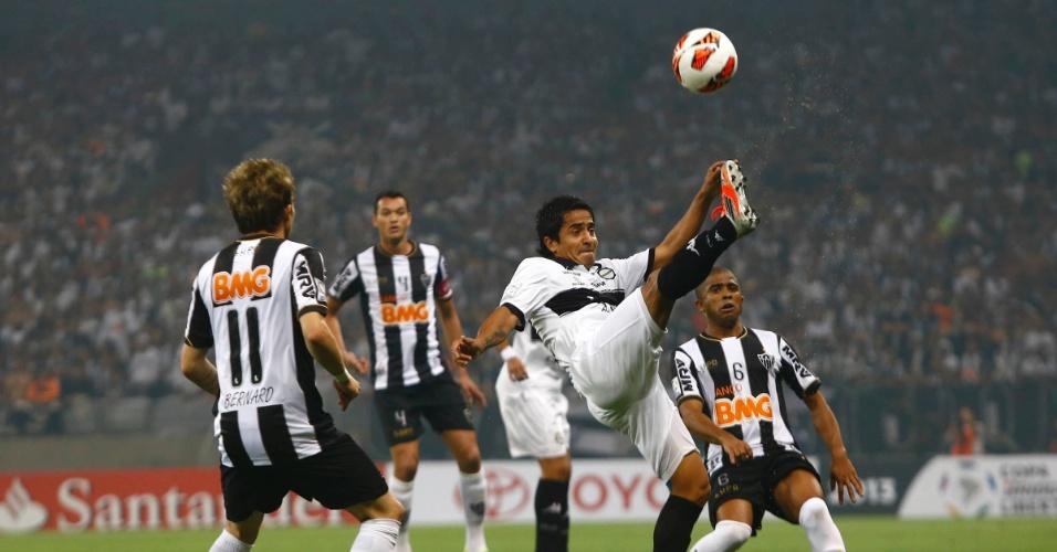 24.07.2013 - Jogadores do Atlético-MG observam a bola no primeiro tempo da partida contra o Olimpia