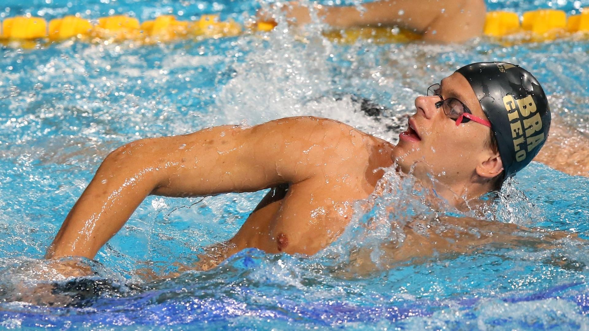 24.jul.2013 - Cesar Cielo treina na piscina do Palau Sant Jordi, palco das provas de natação do Mundial de Barcelona