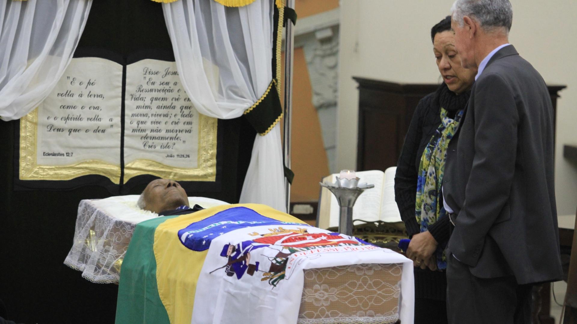 24.jul.2013 - Corpo de Djalma Santos é velado na Câmara Municipal de Uberaba (MG). O ex-lateral, bicampeão mundial com a seleção brasileira, morreu na última terça-feira aos 84 anos.