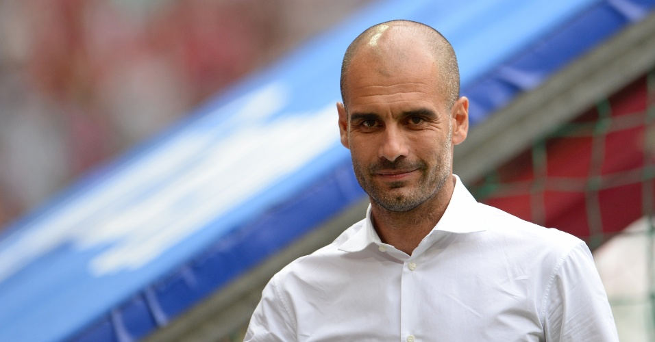 24.jul.2013 - Ex-técnico do Barcelona, Pep Guardiola caminha para o banco do Bayern de Munique