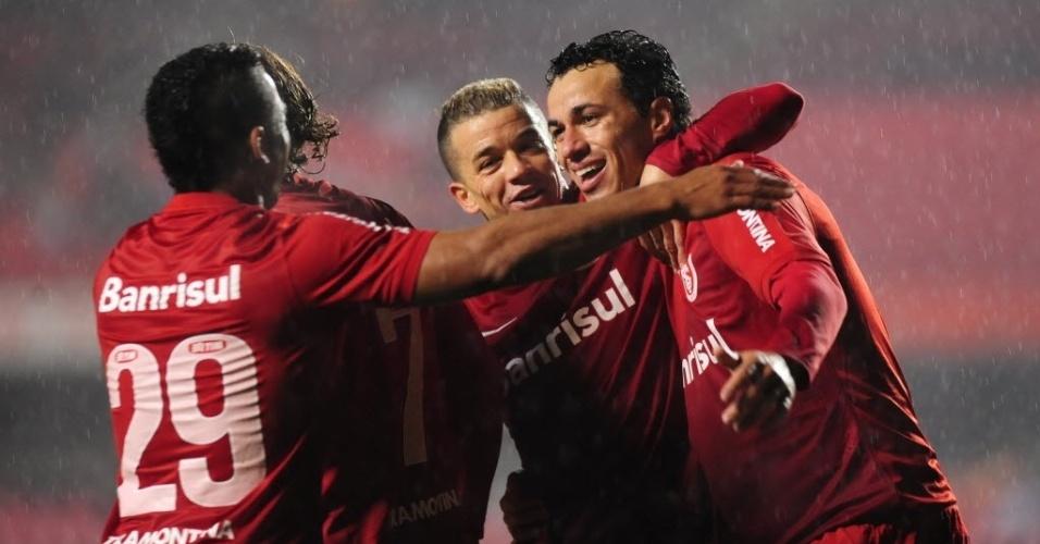 24.jul.2013 - Jogadores do Internacional comemoram o gol marcado por Leandro Damião contra o São Paulo, no Morumbi