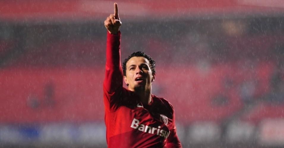 24.jul.2013 - Leandro Damião, atacante do Internacional, comemora gol da equipe gaúcha contra o São Paulo, no Morumbi