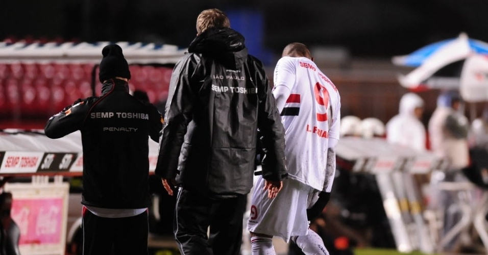 24.jul.2013 - Luis Fabiano sente lesão na coxa direita e deixa o gramado durante a derrota do São Paulo para o Internacional, no Morumbi