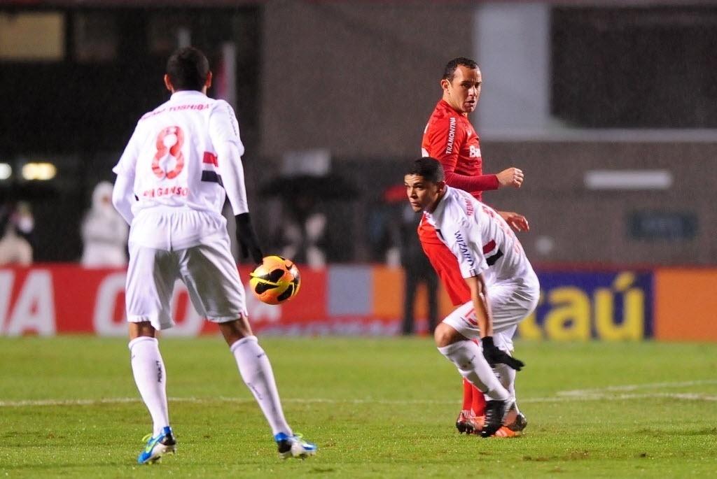 d5a0d21457 24.jul.2013 - Paulo Henrique Ganso domina a bola após disputa do volante