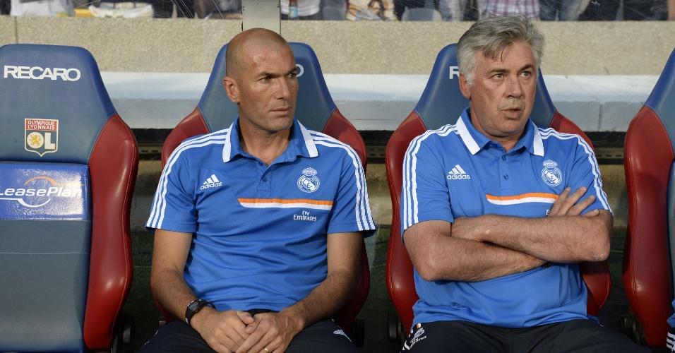24.jul.2013 - Zinedine Zidane, agora auxiliar técnico do Real, e o técnico Carlo Ancelotti aguardam o início do amistoso contra o Lyon