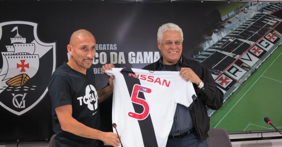 O volante Guiñazu e o presidente Roberto Dinamite com a camisa de número 5 (24/07/2013)
