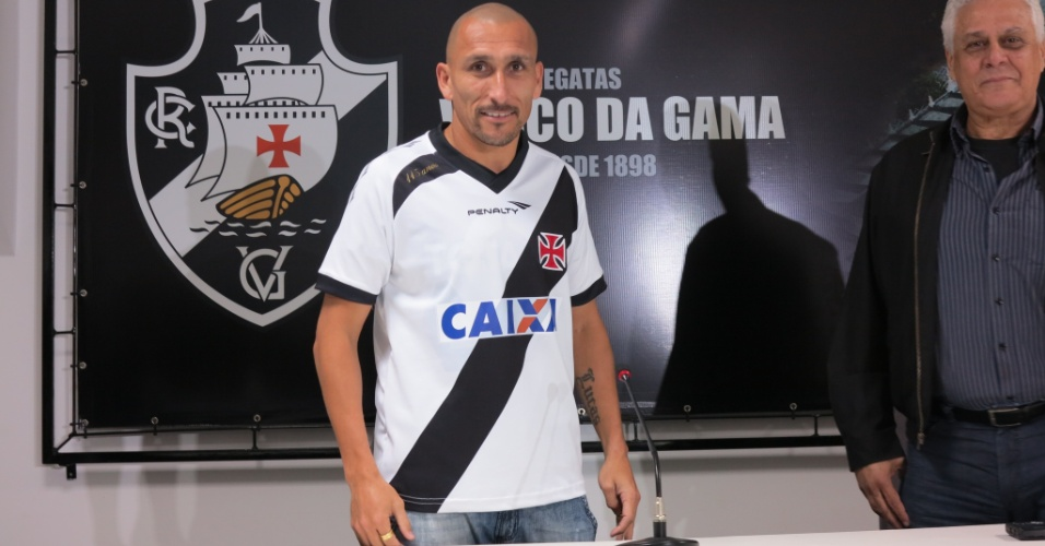 O volante Guiñazu posa com a camisa do Vasco em São Januário (24/07/2013)