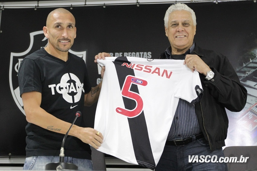 O volante Guiñazu recebe camisa 5 no Vasco e é apresentado por Roberto Dinamite