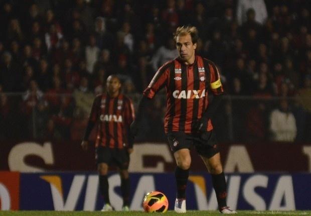 Paulo Baier domina a bola na partida entre Atlético-PR e Paysandu pela Copa do Brasil (24/07/2013)