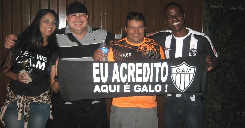 Torcedores do Atlético-MG exibem faixa em torno do Mineirão (24/7/2013)