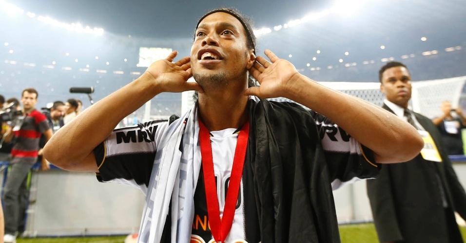 24.07.2013 - Ronaldinho Gaúcho celebra com a torcida a conquista de título da Libertadores para o Atlético-MG