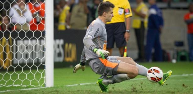 Heroi do título da Libertadores, Victor defende o primeiro pênalti da decisão com o Olímpia - Ricardo Nogueira/Folhapress