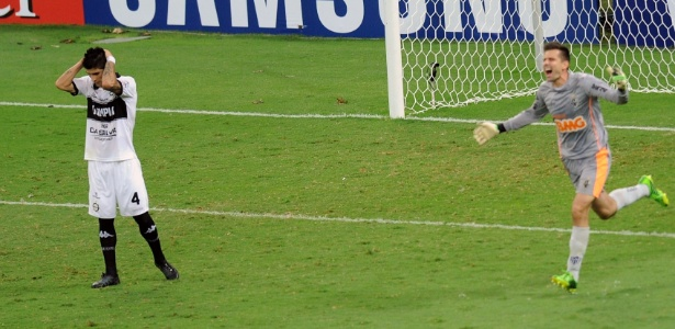 Goleiro Victor sai para comemorar título do Atlético-MG após pênalti chutado na trave