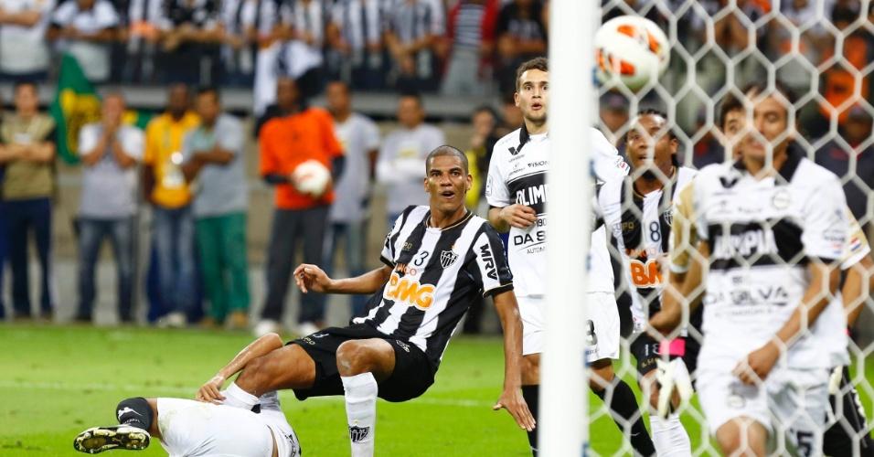 24.07.2013 - Zagueiro Leonardo Silva chuta para marcar o segundo gol do Atlético-MG