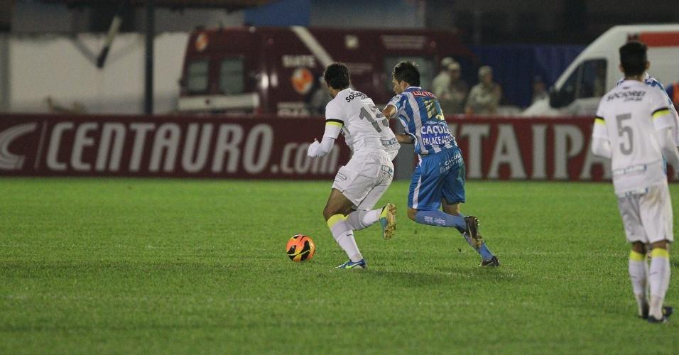 24.jul.2013 - William José disputa a bola no corpo a corpo com jogador do Crac-GO, durante jogo da Copa do Brasil