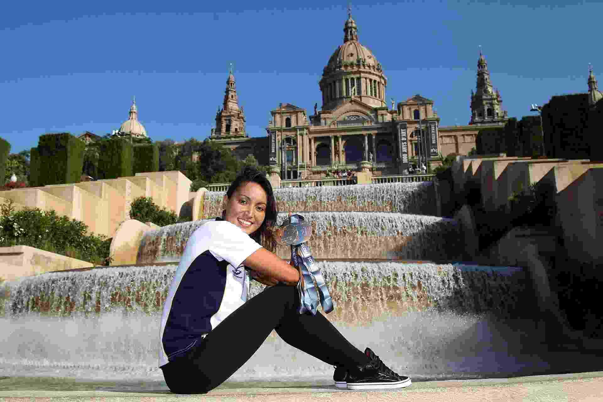 25.jul.2013 - Poliana Okimoto exibe suas três medalhas conquistadas na maratona aquática em frente ao Museu Nacional de Arte da Catalunha, em Barcelona - Satiro Sodré/SSPress