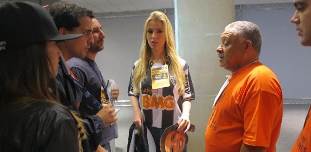 Sem credencial, ex-BBB Fernanda é barrada por fiscal ao tentar entrar no gramado - Luiza Oliveira/UOL