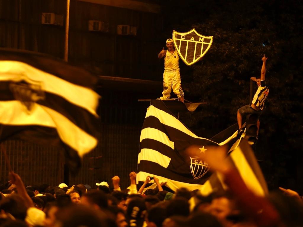 25.jul.2013 - Torcedor exibe símbolo do Atlético-MG durante festa na Praça Sete em Belo Horizonte