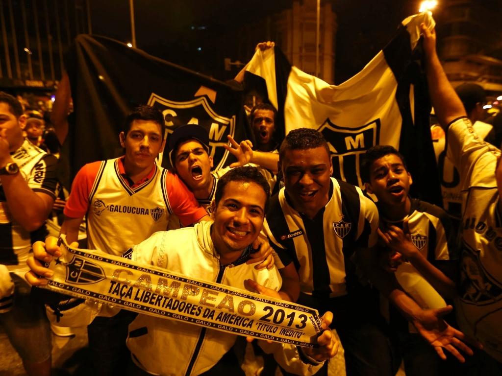 25.jul.2013 - Torcedores do Atlético-MG exibem faixas de campeão na Praça Sete