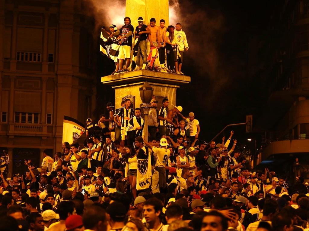 25.jul.2013 - Torcedores do Atlético-MG lotam praça para comemoração do título