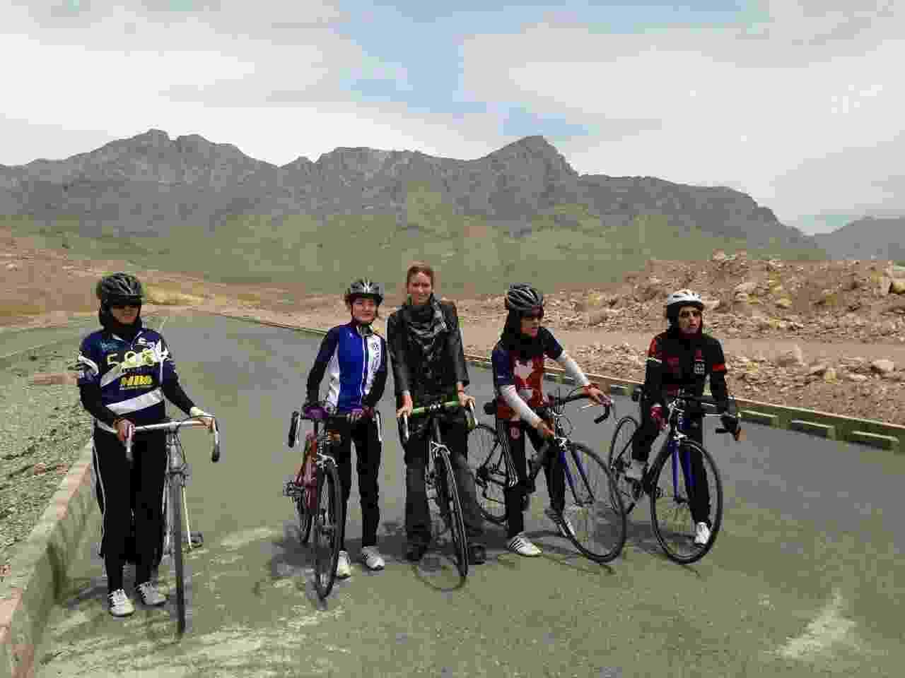 25.jun.2013 - Shannon Galpin (centro) é a idealizadora do projeto Mountain2mountain, que quebra barreiras culturais e ensina o ciclismo para mulheres no Afeganistão - Sarah Menzies/Divulgação