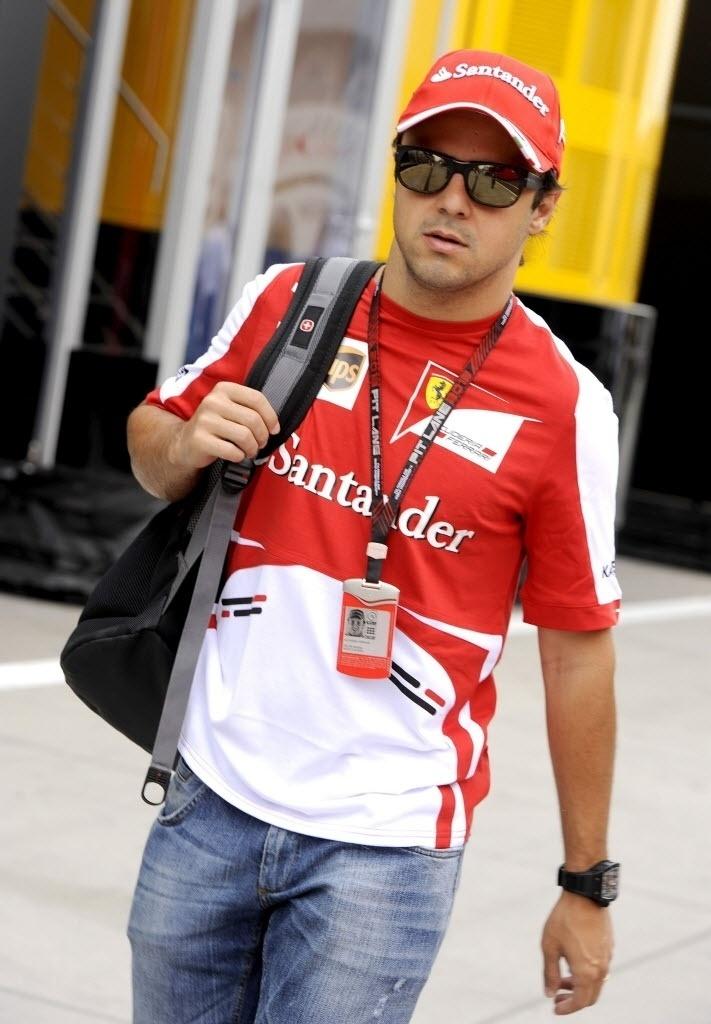 Brasileiro Felipe Massa caminha pelo paddock de Budapeste; ferrarista precisa se recuperar na tabela e põe o GP de domingo como fundamental para isso