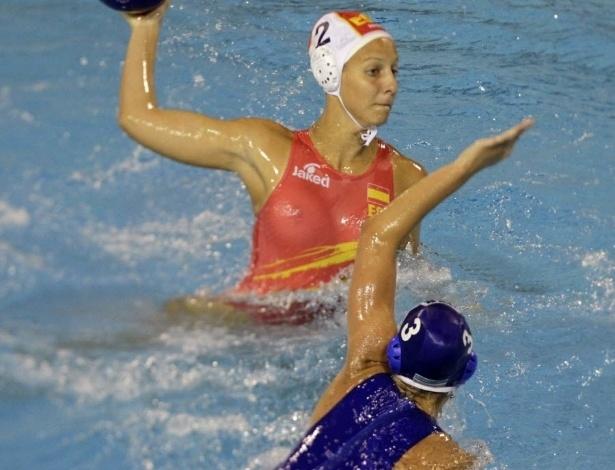 O uniforme transparente da equipe espanhola de polo aquático traiu a jogadora Marta Bach