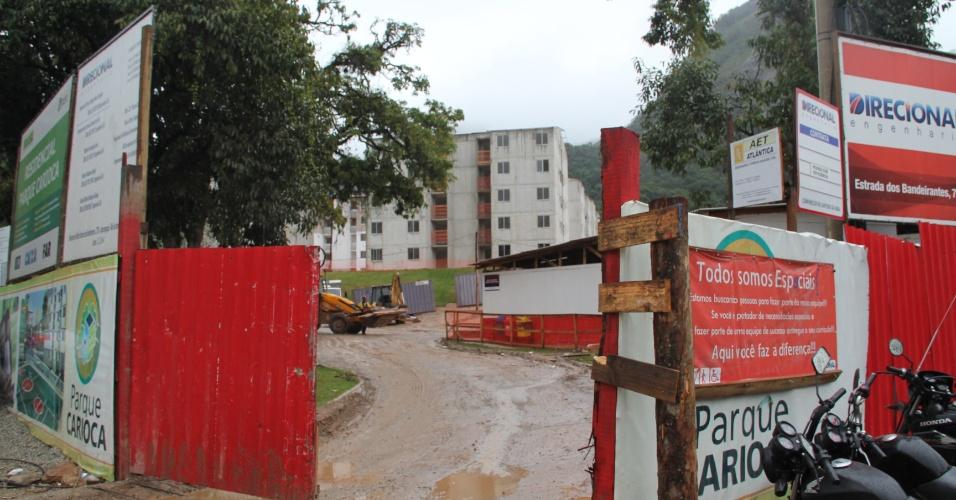 Foto mostra canteiro de obras do conjunto habitacional Parque Carioca