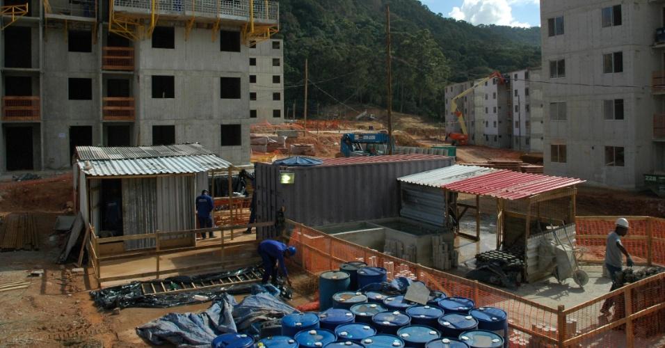 Operários trabalham em obras do conjunto residencial Parque Carioca