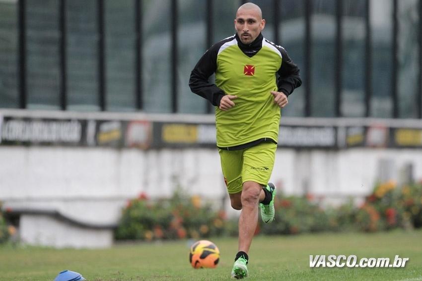Sozinho, Guiñazu participa de treino e corre no gramado de São Januário