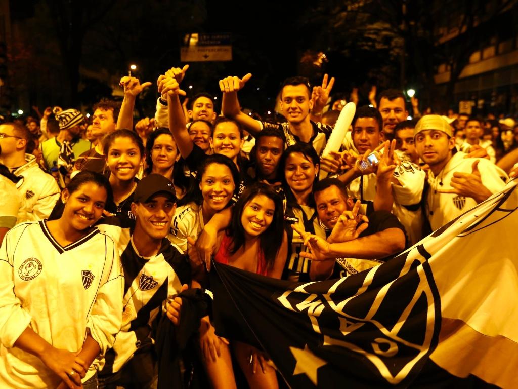 Torcedores do Atlético-MG fazem festa na praça 7 após título da Libertadores