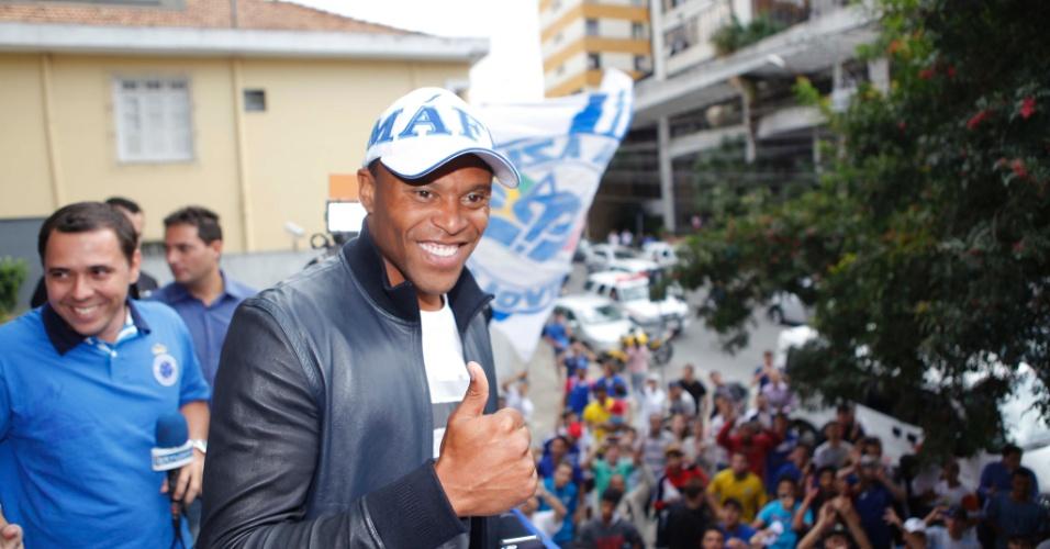 26 jul 2013 - Julio Baptista atraiu torcedores do Cruzeiro à sede do clube  no Barro 275a0680ddc02